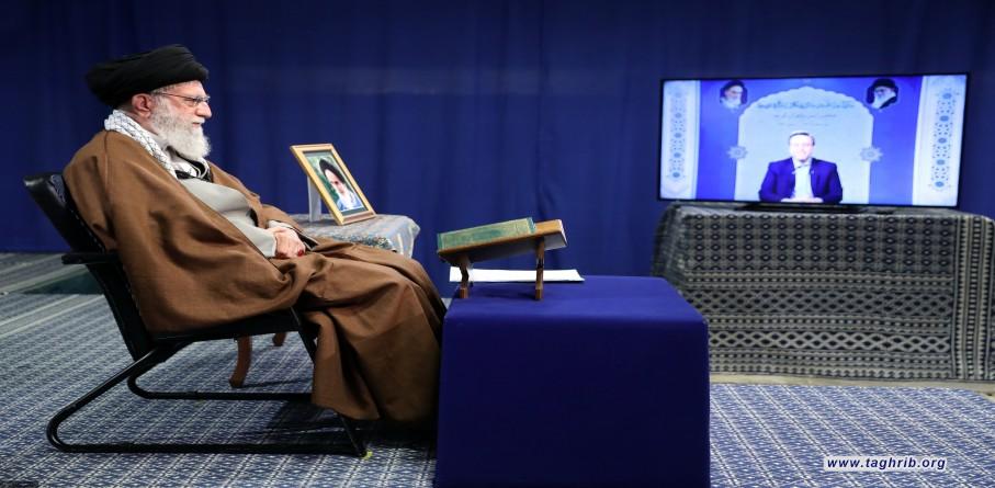 محفل أنس بالقرآن الكريم بواسطة الاتصال المتلفز بين الإمام الخامنئي وقراء القرآن الكريم
